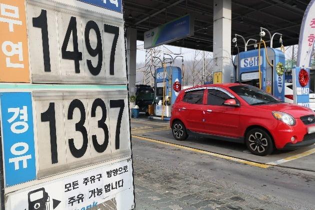전국 주유소 기름값 2주째 하락…국제유가 약세 반영(사진=연합뉴스)