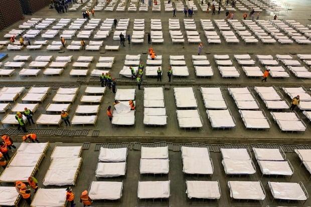 지난 4일 중국 후베이성 우한의 한 전시장에 신종 코로나바이러스 감염증(COVID-19) 환자를 수용하기 위한 병상들이 설치되고 있다. 중국 우한시 당국은 전시장과 체육관을 포함한 세 곳을 신종코로나 임시병원으로 활용할 계획이다. 사진=연합뉴스