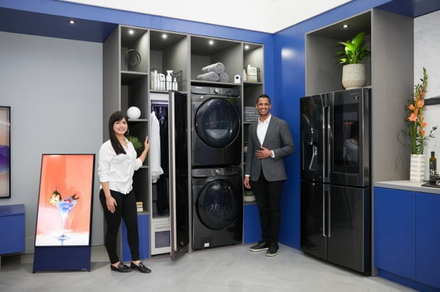 삼성전자가 지난 5일 북미 최대 규모의 주방·욕실 관련 전시회인 'KBIS 2020'에서 프리미엄 세탁기·건조기와 패밀리허브 냉장고 등으로 구성된 '커넥티드 리빙존'에서 차별화된 AI·IoT 가전을 소개하는 모습/사진제공=삼성전자