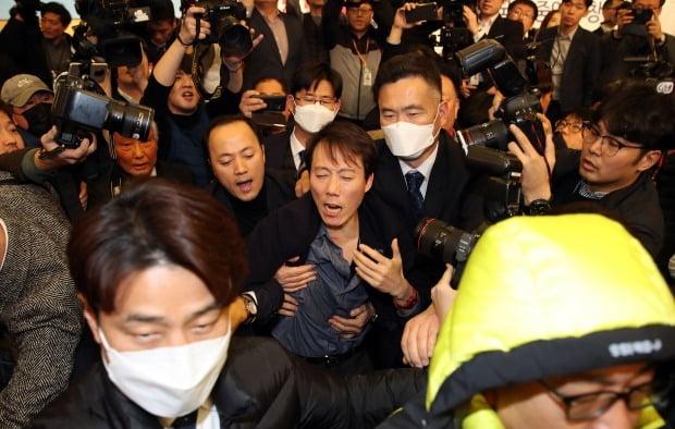 미래한국당 창당대회에서 제지당하는 오태양 공동대표 (사진=연합뉴스)