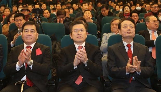 5일 오후 여의도 국회도서관에서 열린 미래한국당 중앙당 창당대회에서 신임 당 대표로 선출된 한선교 의원(오른쪽)이 자유한국당 황교안 대표(가운데), 심재철 원내대표와 함께 박수 치고 있다. (사진=연합뉴스)