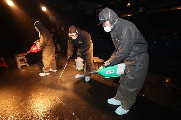 신종 코로나바이러스 감염증 확산이 우려되는 가운데 6일 오전 서울 종로구 드림시어터 소극장에서 서울시 관계자들이 방역 소독을 하고 있다. 사진=연합뉴스