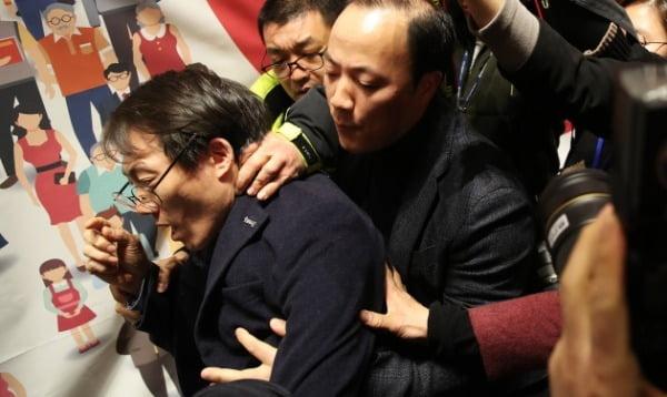 지난 5일 여의도 국회도서관에서 열린 미래한국당 중앙당 창당대회에서 오태양 미래당 공동대표가 단상에 올라 '불법 정당, 창당 반대'라고 외친 뒤 관계자들에게 제지당하고 있다. /사진=연합뉴스
