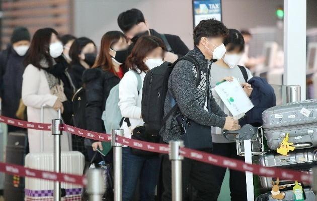 신종 코로나바이러스 감염증 확산이 우려되고 있는 7일 인천국제공항 출국장에서 마스크를 착용한 이용객들이 출국 수속을 기다리고 있다. 사진=연합뉴스