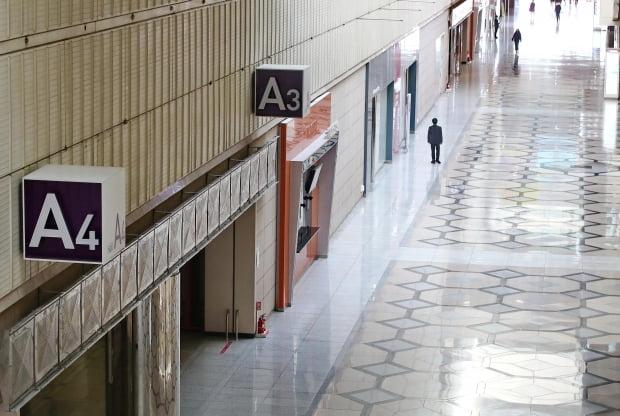 신종 코로나바이러스 바이러스 감염증(우한 폐렴)의 여파로 각종 행사들이 취소 또는 연기되고 있다. 사진은 9일 서울 강남구 코엑스의 한산한 모습. 연합뉴스