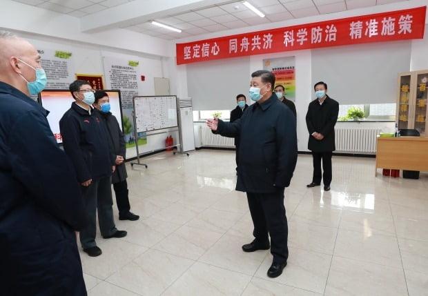 시진핑 중국 국가주석(가운데)이 10일 베이징 차오양구의 신종 코로나바이러스 감염증 방역 현장을 방문, 관계자들에게 예방과 통제 업무에 관한 지시를 내리고 있다. 사진=연합뉴스