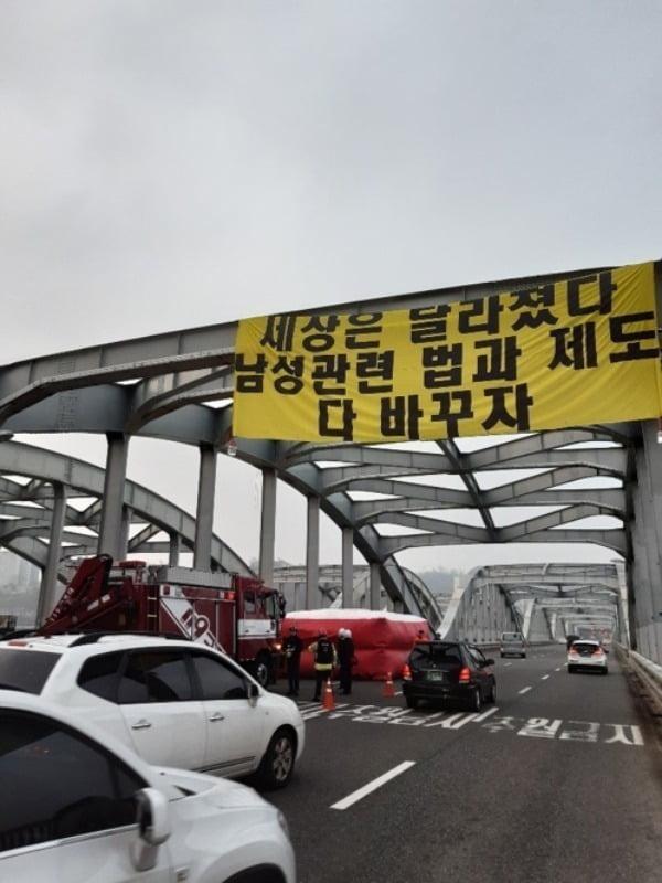 14일 오전 7시10분께 신원 미상의 남성 1명이 서울 한강대교 아치 위에 올라가 농성하고 있다는 신고가 들어와 경찰과 소방당국이 출동했다. /사진=연합뉴스