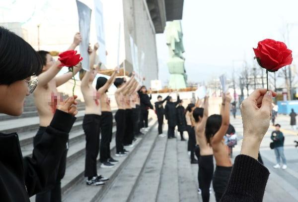 14일 서울 세종문화회관 앞에서 DxE (직접행동 어디서나) 코리아 회원들이 '우리도 동물이다. 착유당하는 동물을 위한 고통의 연대' 퍼포먼스를 하고 있다. 사진=연합뉴스
