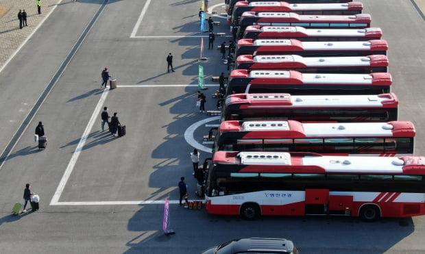 신종 코로나바이러스 감염증(코로나19) 진원인 중국 후베이성 우한시에서 귀국해 격리 생활을 한 교민들이 15일 오전 충남 아산 경찰인재개발원에서 차량에 짐을 옮기며 퇴소를 준비 하는 모습. /사진=연합뉴스