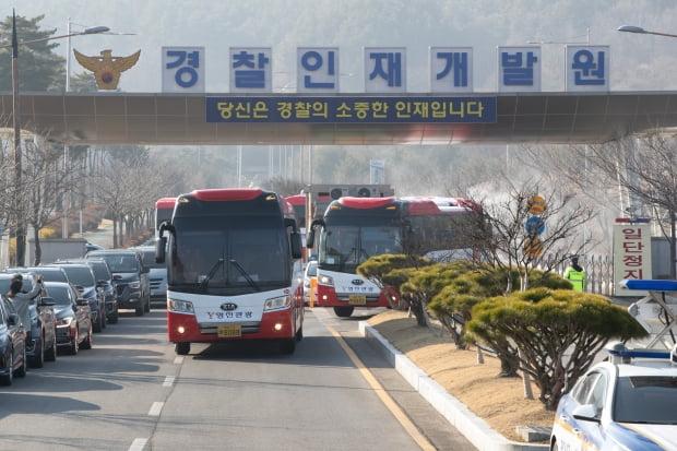 코로나19로 2주간 격리됐던 우한 교민 193명이 15일 오전 충남 아산시 초사동 경찰인재개발원을 떠나고 있다. /사진=연합뉴스