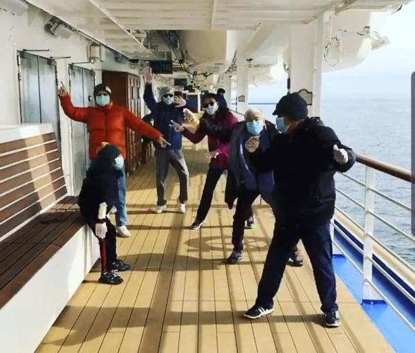 일본 요코하마항에 정박 중인 크루즈에서 신종 코로나바이러스 감염증(코로나19) 환자가 늘어가고 있는 가운데 가족 단위 승객들이 햇살을 받으며 코로나를 극복하기 위해 마스크를 쓴 채 춤을 추거나 스트레칭을 하며 건강을 잃지 않으려고 노력하고 있다. 사진=연합뉴스