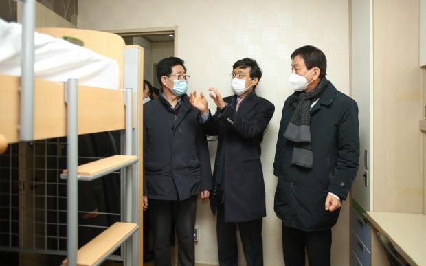 진영 행안부장관(오른쪽)과 양승조 충남지사(왼쪽)가 중국인 유학생 격리가 이뤄질 순천향대 기숙사를 둘러보고 있다. 사진=연합뉴스