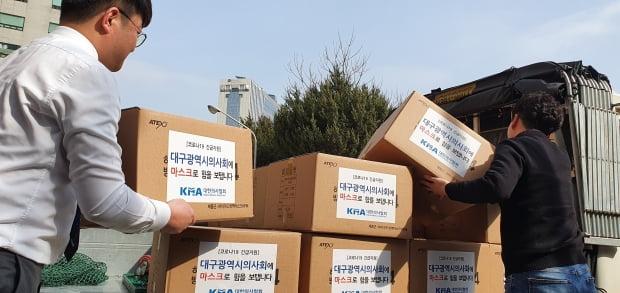 19일 대한의사협회가 대구 소재 의료기관들과 의료진들이 사용할 방역용 마스크 1만장을 긴급 전달했다고 밝혔다.  /사진=연합뉴스