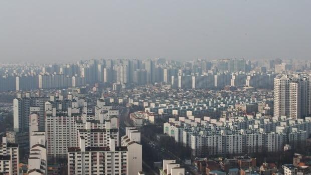 지난 20일 조정대상지역으로 지정된 경기 수원의 아파트 단지 모습. 연합뉴스