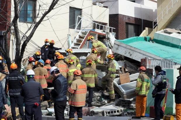 21일 오전 11시 4분께 부산 연제구 한 단독주택 철거 작업 현장에서 건물이 붕괴해 소방대원들이 매몰자를 구조하고 있다. 사진=연합뉴스