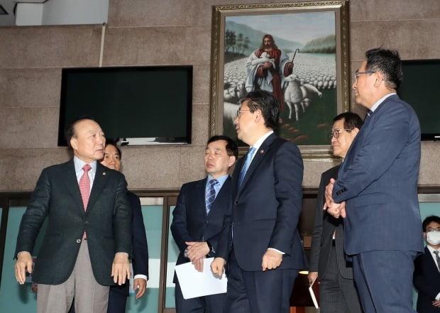 박양우 문체부 장관은 22일 서울 영등포구 여의도순복음교회를 방문해 코로나19 대응 현황을 점검하고 협조를 당부했다. /사진=연합뉴스