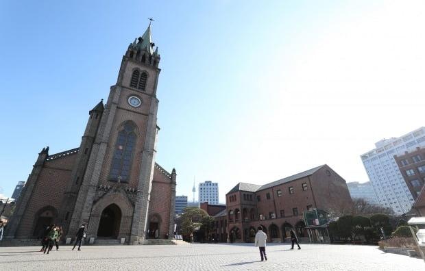 명동성당을 포함한 천주교 서울대교구가 25일 미사 중단을 선언했다. 사진은 명동성당 전경. /사진=연합뉴스