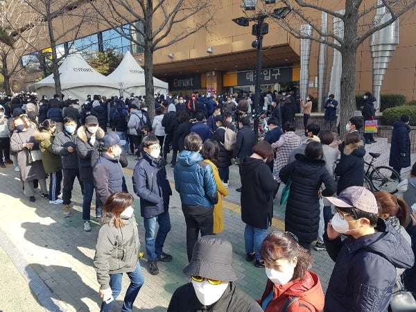 24일 오전 대구 이마트 만촌점 앞에서 시민들이 마스크를 사려고 줄지어 서 있다. 사진=연합뉴스