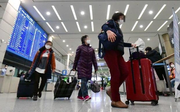 코로나19 관련 이스라엘의 입국금지 조치로 현지에 발이 묶여있던 한국인 관광객들이 25일 오전 인천공항을 통해 귀국, 귀가하고 있다. /사진=연합뉴스