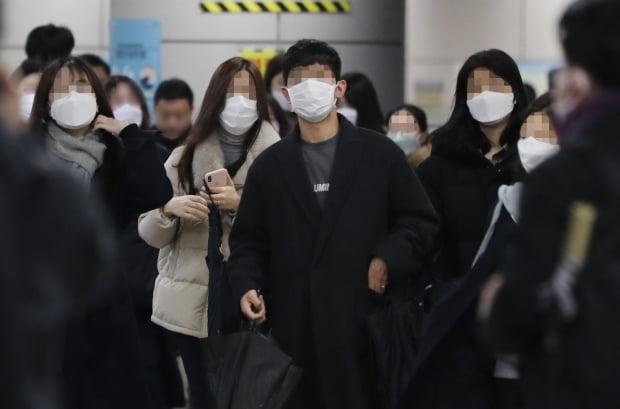 신종 코로나바이러스 감염증(코로나19) 여파로 출근길 마스크를 착용한 시민들이 25일 오전 서울 여의도 국회의사당역을 나서고 있다. /사진=연합뉴스