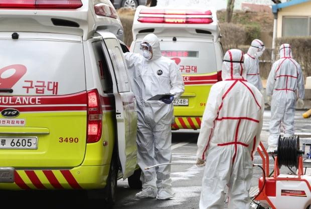 지난 26일 대구동산병원에서 의료진 및 방역 관계자들이 코로나19 환자를 이송하고 있다. / 사진=연합뉴스