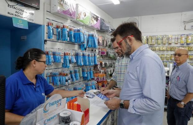 브라질 시민들이 26일(현지시간) 상점에서 마스크를 구매하고 있다. 브라질 정부는 이날 신종 코로나바이러스 감염증(코로나19) 확진자가 처음으로 발생했다고 발표했다. AP연합뉴스