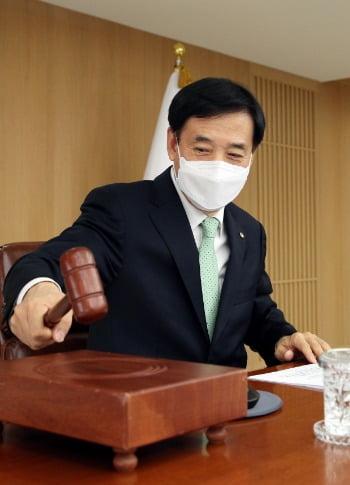 의사봉 두드리는 이주열 한은 총재. 사진=연합뉴스