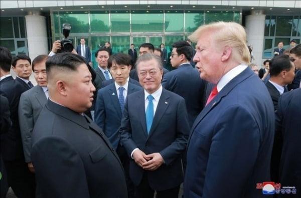 지난해 6월 진행된 남북미 판문점 회동에서 이야기를 나누는 문재인 대통령(가운데), 트럼프 미국 대통령(오른쪽), 김정은 위원장. [연합뉴스 자료사진]