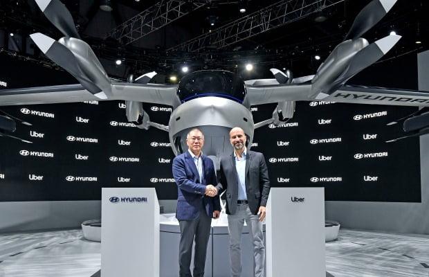 정의선 현대차그룹 수석부회장(왼쪽)과 다라 코스로샤히 우버 CEO가 현대 PAV(개인용 비행체) 콘셉트 'S-A1' 앞에서 기념사진을 찍고 있다. 사진=현대자동차