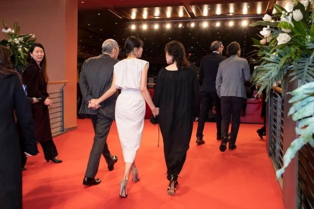 홍상수 감독(왼쪽부터), 배우 김민희, 서영화가 를린영화제 '도망친 여자' 행사에 참석했다. /사진=베를린국제영화제 공식 홈페이지