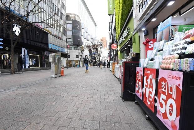 코로나19 확산으로 지난 2일 서울 명동 거리가 텅 비어 있다. 신경훈 기자 khshin@hankyung.com