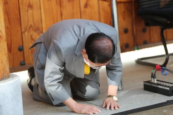 2일 경기도 가평군 신천지예수교 증거장막성전(신천지) 평화의 궁전에서 열린 기자회견에서 이만희 총회장이 큰절하고 있다. /사진=연합뉴스
