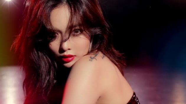 현아, 블랙 미니 드레스에 레드립 '작정한 섹시 컨셉'