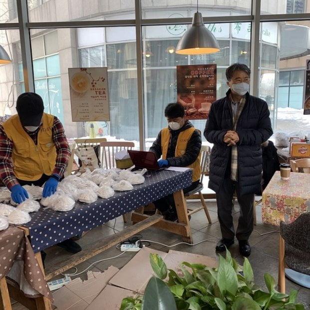 장하성 주중 대사가 지난달 7일 교민들이 많이 거주하는 베이징 왕징의 한 치킨집을 빌려 교민들에게 정부지원 마스크를 배포하고 있다. 주중한국대사관 제공
