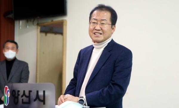 홍준표 전 자유한국당(미래통합당 전신) 대표가 5일 오후 양산시청 프레스센터에서 공약 발표 기자회견을 하고 있다. /사진=연합뉴스