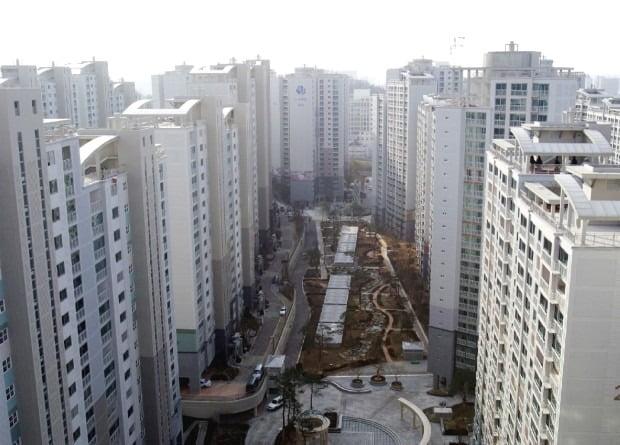정부의 12·16 대책 이후 강남 아파트 값이 하락세가 뚜렷하다. 도곡동 '도곡렉슬' 매매가격은 석 달 새 3억여원 가량 내렸다./ 한경DB