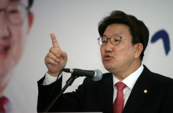 권성동 의원이 16일 오후 강릉시 선거사무실에서 무소속 출마 기자회견을 하고 있다. /사진=연합뉴스