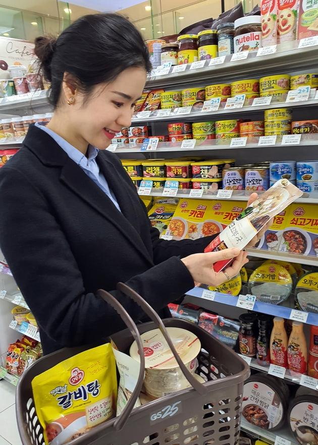 고객이 편의점 GS25에서 즉석국 제품을 살펴보고 있다. (사진 = GS25)