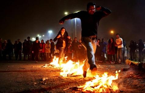 이란력 새해를 앞두고 열리는 '불의 축제' 모습. 이란프레스TV 트위터