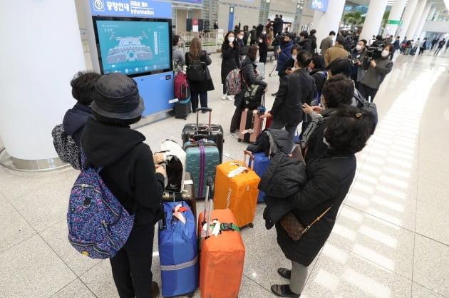 이스라엘로 가는 중에 입국 금지를 당한 한국인 승객들이 23일 오후 인천국제공항을 통해 귀국하고 있다. 외교부에 따르면 이스라엘 정부는 지난 22일 오후 7시 30분께 이스라엘 텔아비브에 도착한 대한항공 KE957편을 비롯해 한국에서 들어오는 외국인의 입국을 금지했다. 2020.2.23 [사진=연합뉴스]