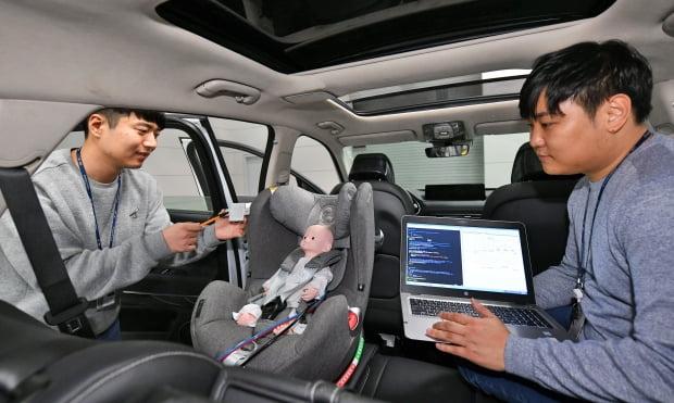 현대모비스 용인 기술연구소에서 연구원들이 탑승객 감지시스템을 시험하고 있다. 사진=현대모비스