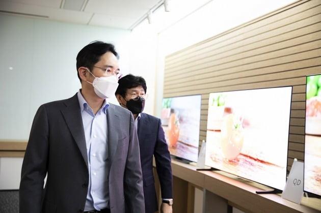 이재용 삼성전자 부회장이 19일 삼성디스플레이 아산사업장을 방문해 제품을 살펴보고 있다. 2020.3.19 [사진=삼성전자]