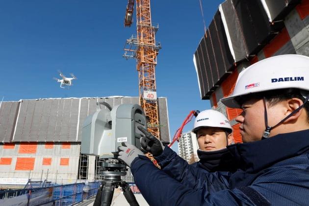 김포에서 건설중인 e편한세상 김포 로얄하임 현장에서 대림산업 직원들이 3D 스캐너와 드론을 활용하여 BIM 설계에 필요한 측량자료를 촬영하고 있다.