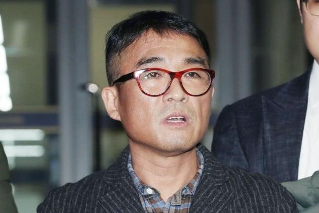 지난 1월 15일 오후 서울 강남경찰서에서 피의자 조사를 받고 나온 가수 김건모씨(52)가 취재진의 질문에 답하고 있다. 연합뉴스