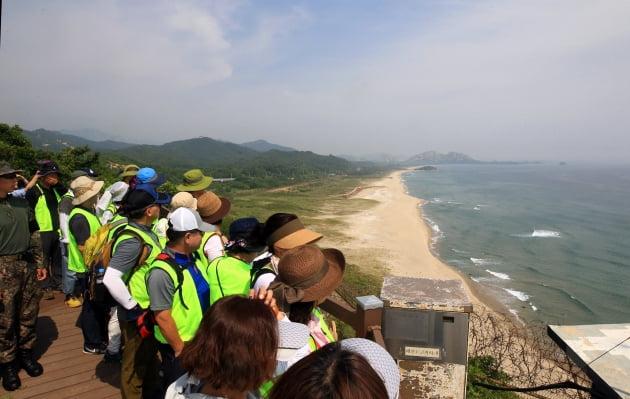 '디엠지(DMZ) 평화의 길' 10개 노선 중 하나인 강원 고성을 찾은 방문객들이 전망대에서 주변 풍경을 감상하고 있다. / 한경DB