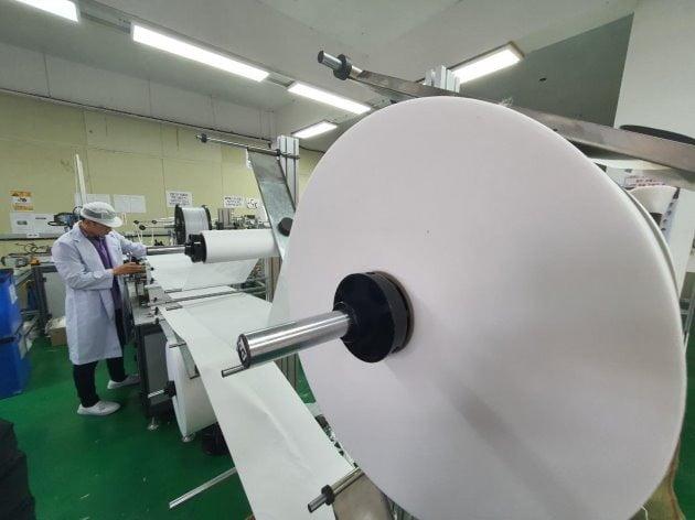 마스크의 주 원료인 멜트블로운(MB)이 부족한 탓에 지난 6일 부산 마스크 제조업체인 네오메드의 생산설비가 멈춰있다. 연합뉴스