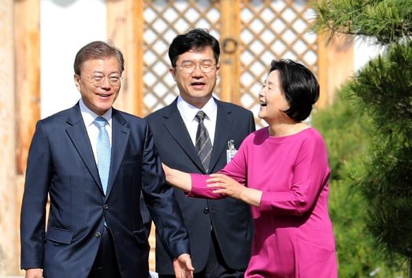 문재인 대통령 부부와 송인배 전 청와대 정무비서관. 사진=연합뉴스