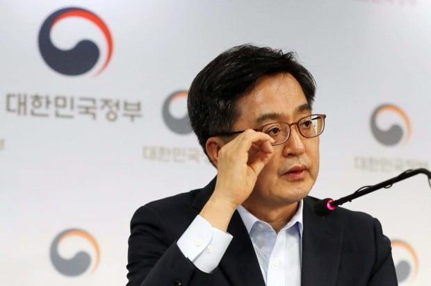 """김동연 前 부총리 페북서 """"지금 경제상황에 책임 느껴"""""""