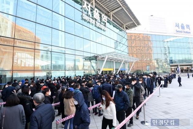 [포토] 서울역 마스크 구매 전쟁