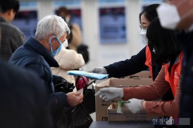 [포토] 마스크 구매하고 안도하는 시민